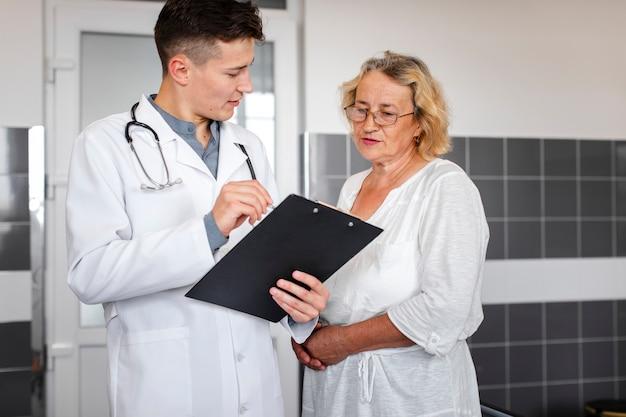 結果を女性患者に説明する医師 無料写真