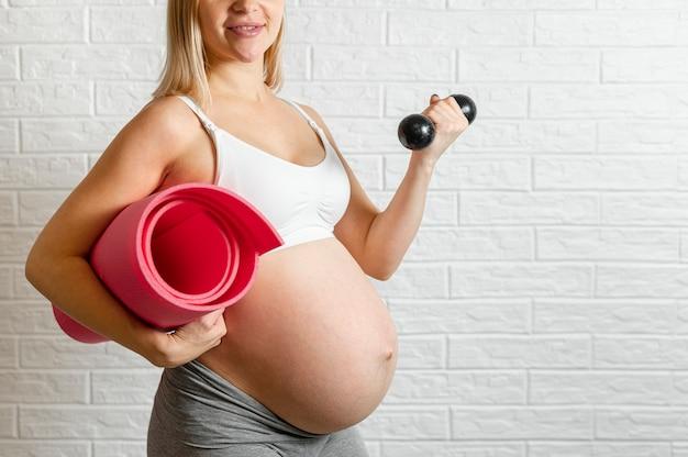 妊娠中の女性がフィットネス運動を作る 無料写真