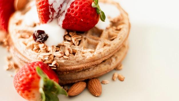 Закрыть вафли с клубникой, овсом и йогуртом Бесплатные Фотографии