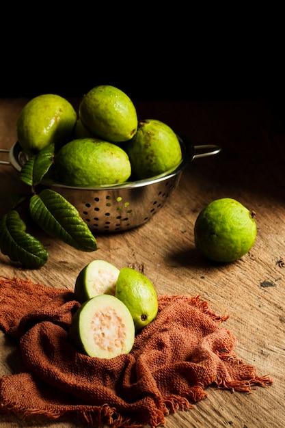 木製のテーブルにグアバ果実 無料写真