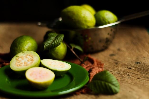 プレート上のグアバ果実を閉じる 無料写真