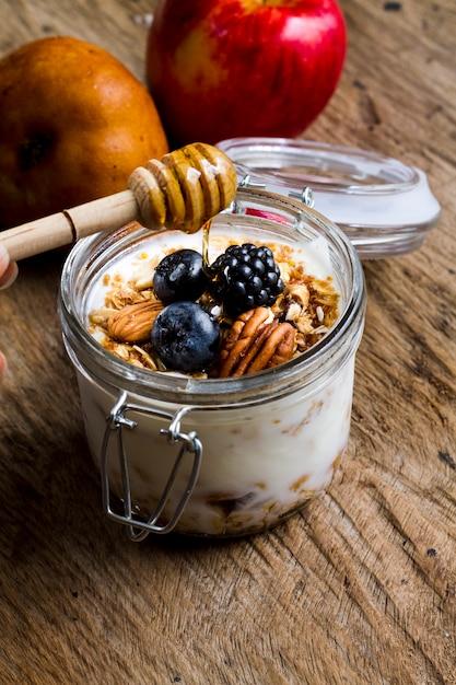 Высокий угол йогурта с лесными орехами и медом Бесплатные Фотографии