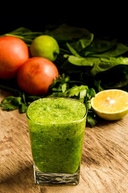 Зеленый коктейль в стакане с лимоном Бесплатные Фотографии