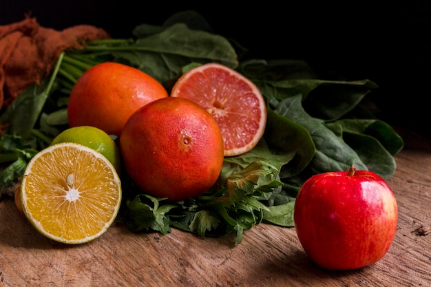 アップルレモンと木製のテーブルにグレープフルーツ 無料写真