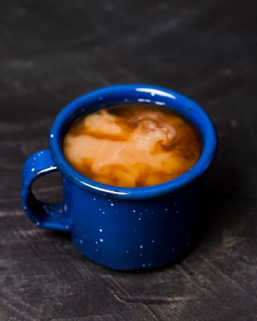 Кофе с молоком в синей кружке Бесплатные Фотографии