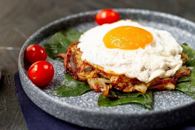 目玉焼きの朝食、トマトとハッシュブラウン 無料写真