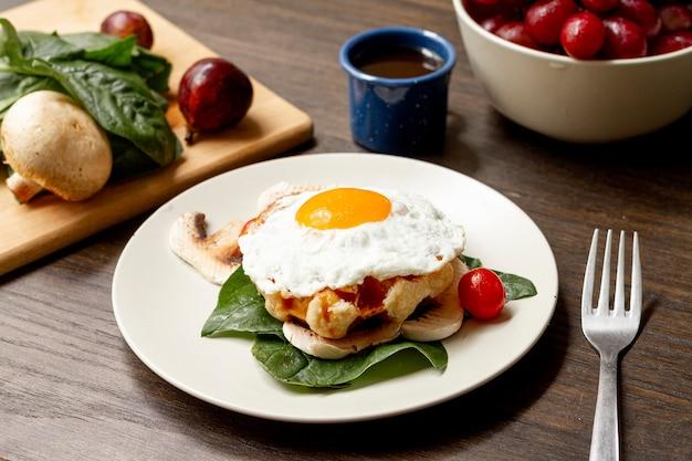 目玉焼きの朝食、トマトとコーヒー 無料写真