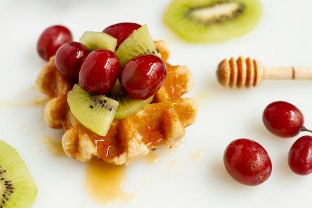 フルーツと蜂蜜を混ぜたワッフル 無料写真