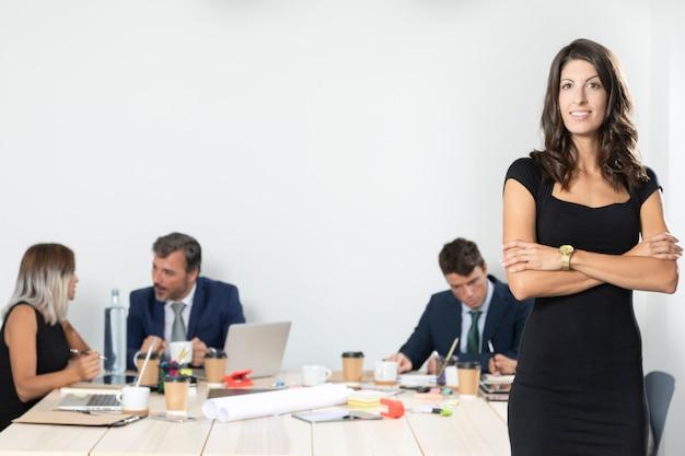 ビジネスの女性がオフィスでポーズの正面図 無料写真