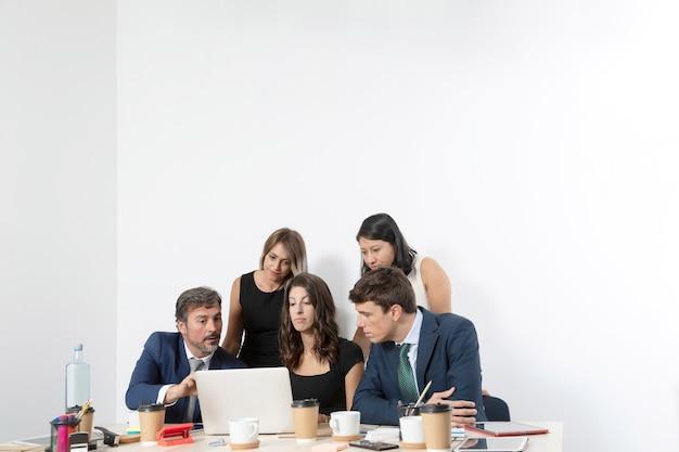Сотрудники в офисе работают вместе Бесплатные Фотографии