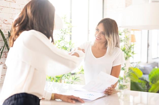 プロの企業の女性が握手 無料写真