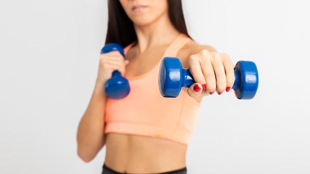 重みを持つジムトレーニングでクローズアップ女性 無料写真