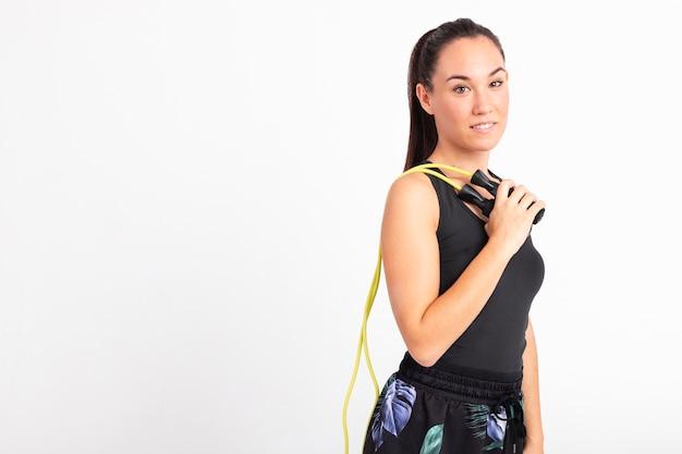 縄跳びを持つ若い女性の側面図 無料写真