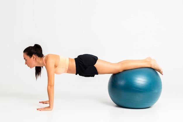 跳ねるボールの女性バランス運動 無料写真
