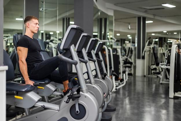 Вид сбоку упражнения для мужчин на велосипеде Бесплатные Фотографии