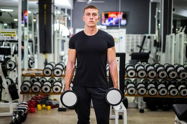 重みを持つ正面図男性トレーニング 無料写真