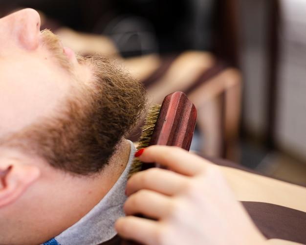 Боковой вид клиента с его бородой ухоженный крупным планом Бесплатные Фотографии