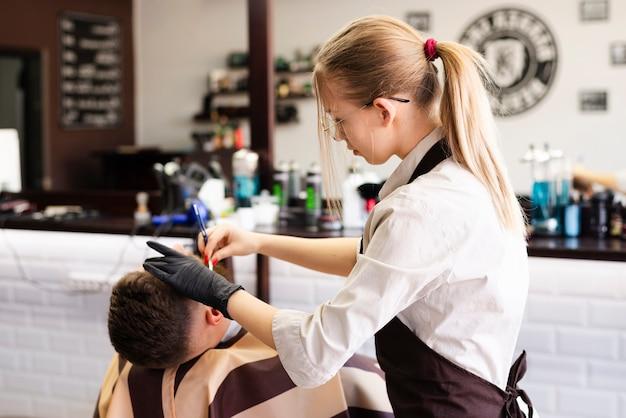 Женщина бреет бороду клиента Бесплатные Фотографии