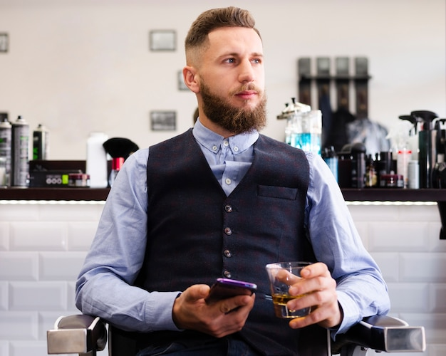 Мужчина смотрит в салон Бесплатные Фотографии