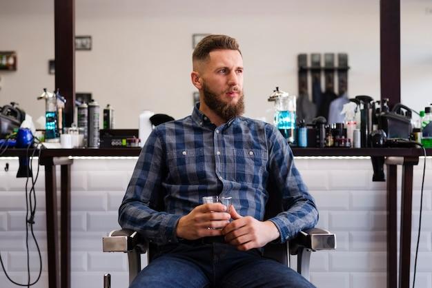 理髪店で離れている男 無料写真
