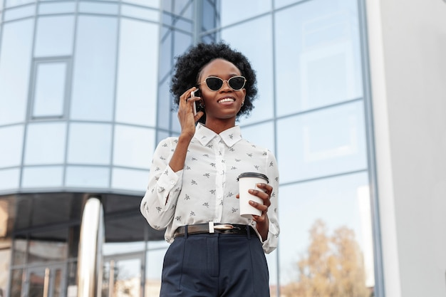 Низкий угол женщина разговаривает по телефону Бесплатные Фотографии