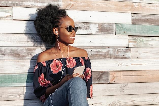Солнечные очки современной женщины нося пока смотрящ прочь Бесплатные Фотографии