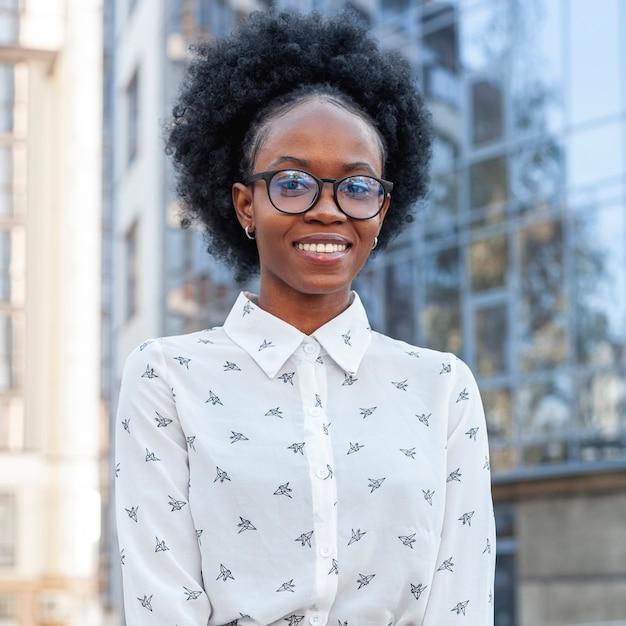 オフィス服のクローズアップでスタイリッシュなアフリカ女性 無料写真