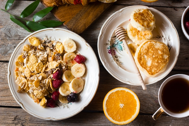 フラットレイパンケーキとフルーツとコーヒー 無料写真