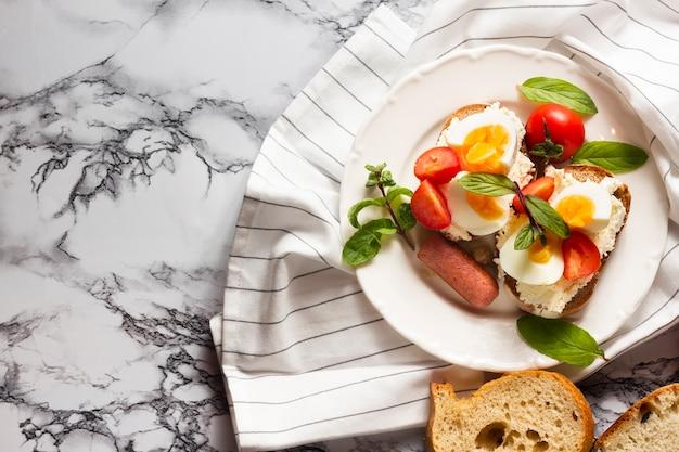 ゆで卵のトマトとホットドッグの平干しパン 無料写真