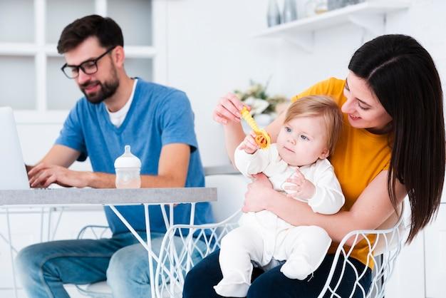 赤ちゃんとおもちゃで遊ぶ母 無料写真