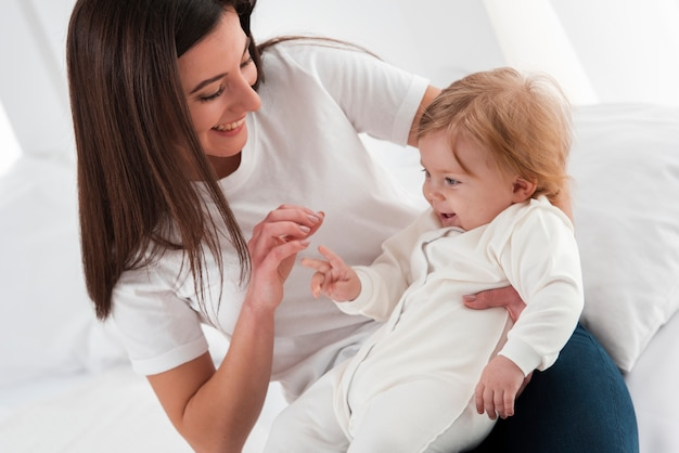母親と赤ちゃんが一緒に幸せであること 無料写真