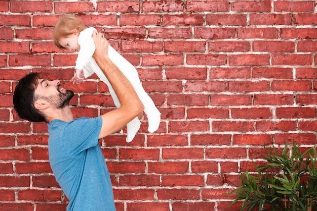 コーナー植物と父持株赤ちゃん 無料写真
