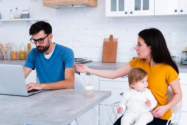 Женщина держит ребенка сердиться на человека Бесплатные Фотографии