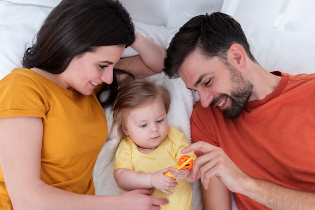 赤ちゃんと遊ぶ親 無料写真