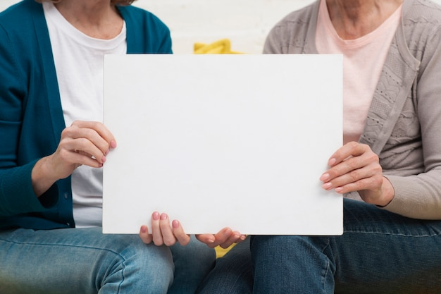 モックアップサインを保持している大人の女性 無料写真