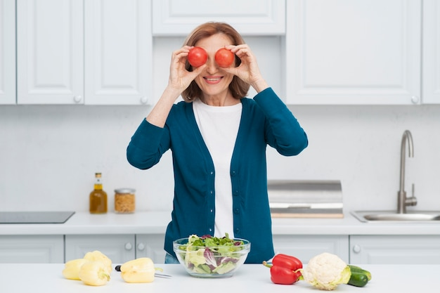 野菜と遊ぶ女性の肖像画 無料写真