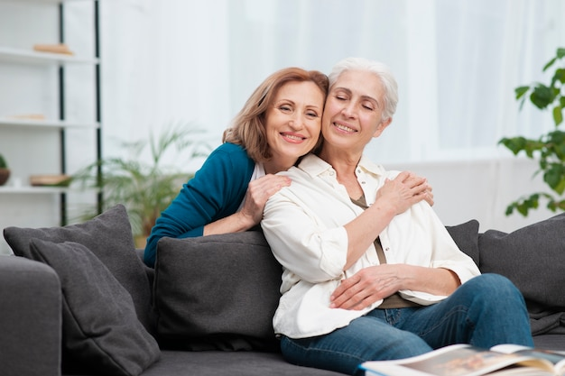 Очаровательные зрелые женщины празднуют дружбу Бесплатные Фотографии
