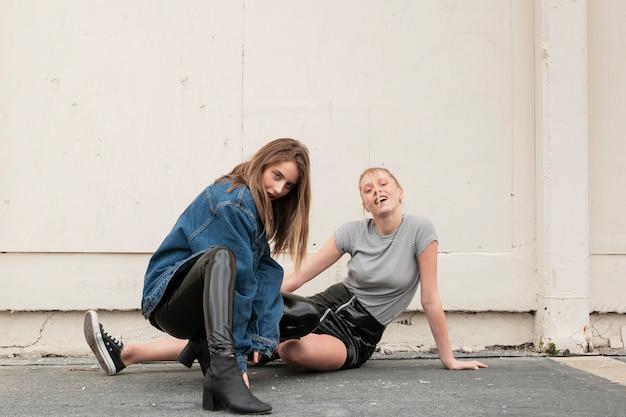 Высокий угол молодые самки позируют вместе Бесплатные Фотографии