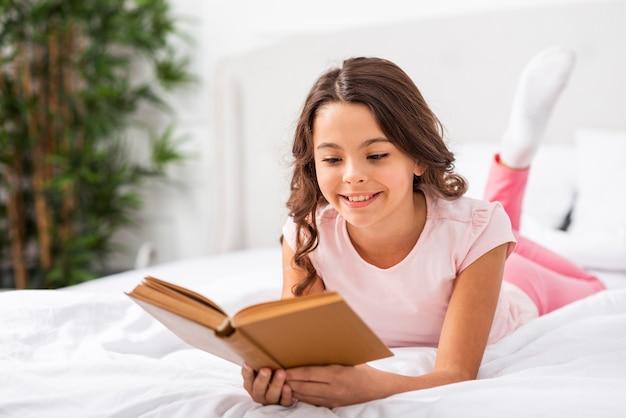 フロントビューのかわいい女の子の物語を読んで 無料写真