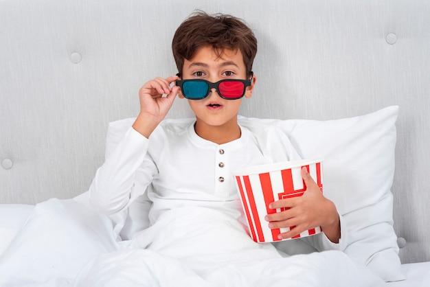 映画を見ながら少年を驚かせた正面図 無料写真