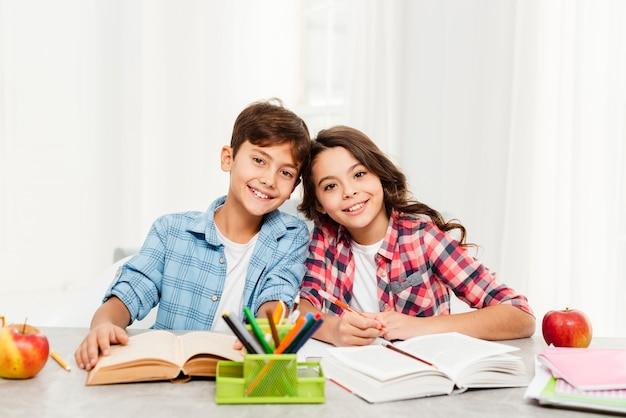 Смайлики и сестры вместе делают домашние задания Бесплатные Фотографии