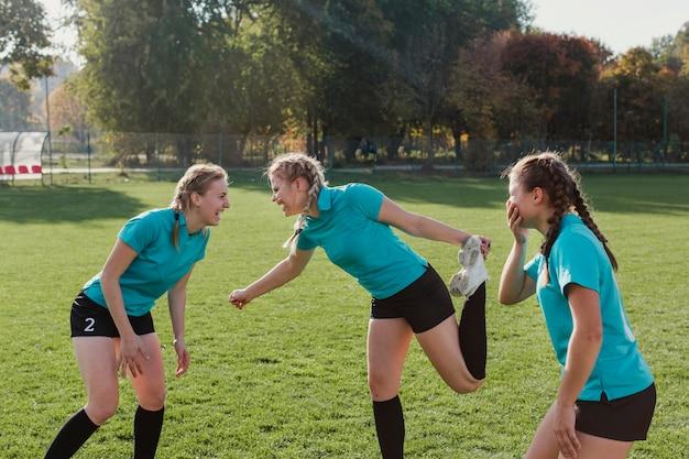 サッカーのピッチでウォーミングアップの若い女の子 無料写真