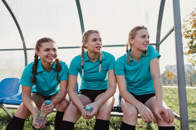 ベンチに座ってサッカー用品の女性 無料写真