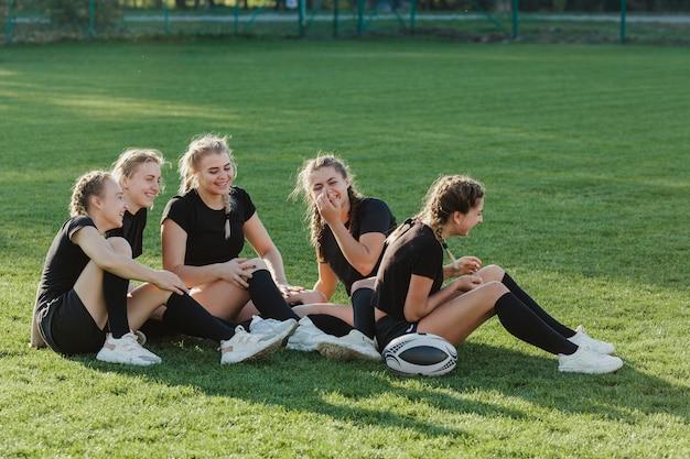 草の上に座って運動金髪女性 無料写真