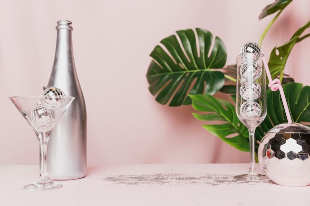 シャンパングラスとモンステラ植物のディスコボール 無料写真
