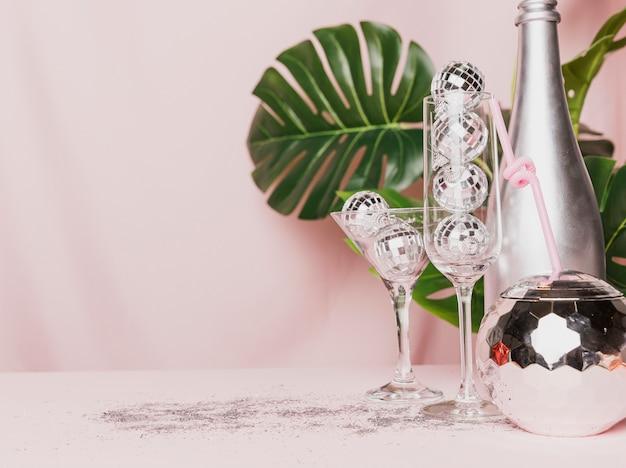 ディスコボールと透明なシャンパングラスの正面図 無料写真