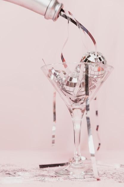 Конец-вверх сусали бутылки шампанского в стекле Бесплатные Фотографии