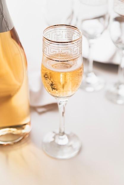 Крупным планом стакан с алкогольным напитком Бесплатные Фотографии