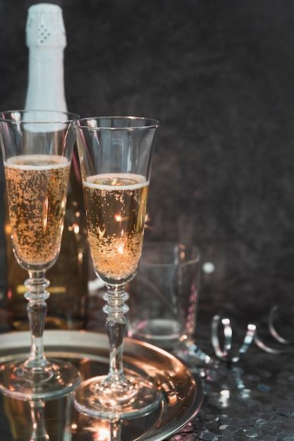 Бокалы для шампанского на подносе Бесплатные Фотографии