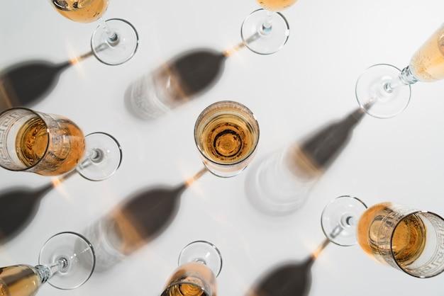 Вид сверху бокалы для шампанского на столе Бесплатные Фотографии